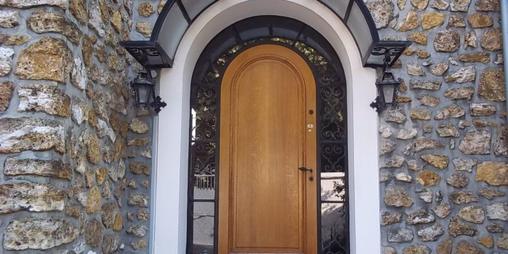 Porte d'entrée cintrée en bois avec marquise - Weisz
