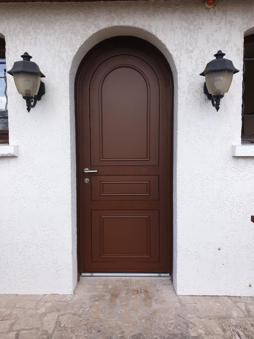 Porte cintrée mixte bois alu_Face extérieur alu gamme texturée 3004T - EISZ