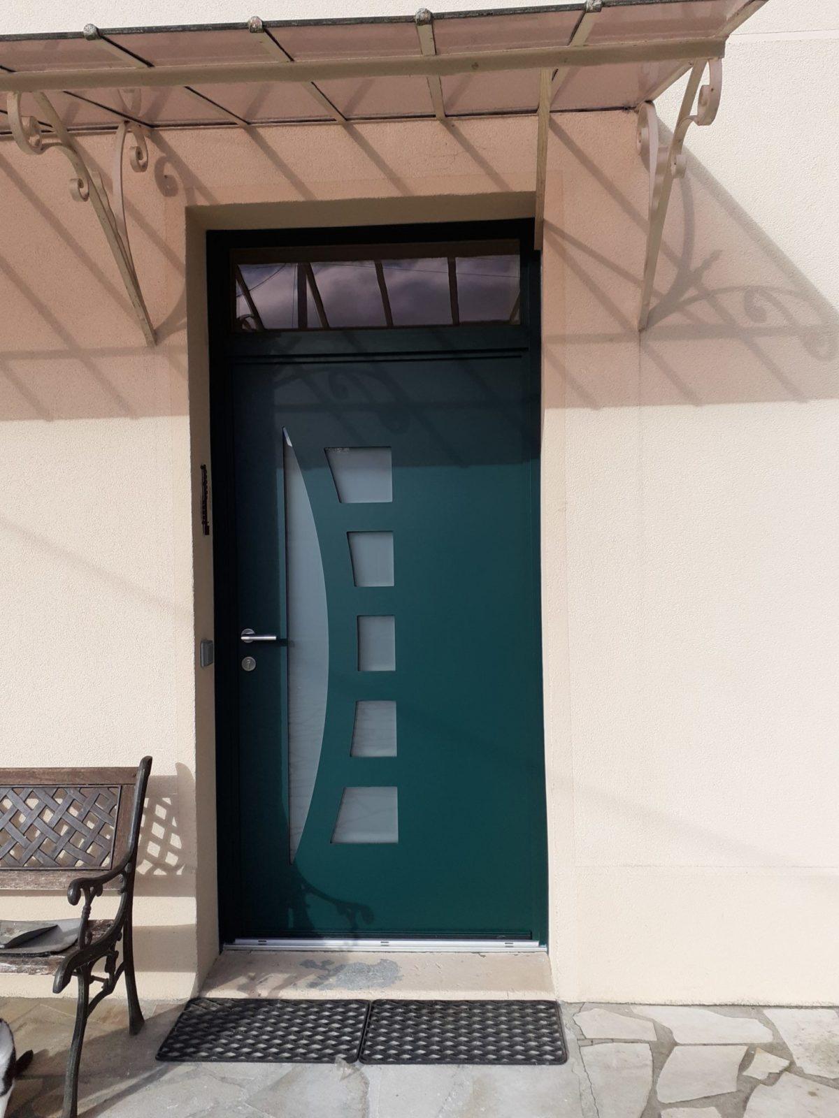 Porte d'entrée mixte bois-alu posée par Weisz, 0rly