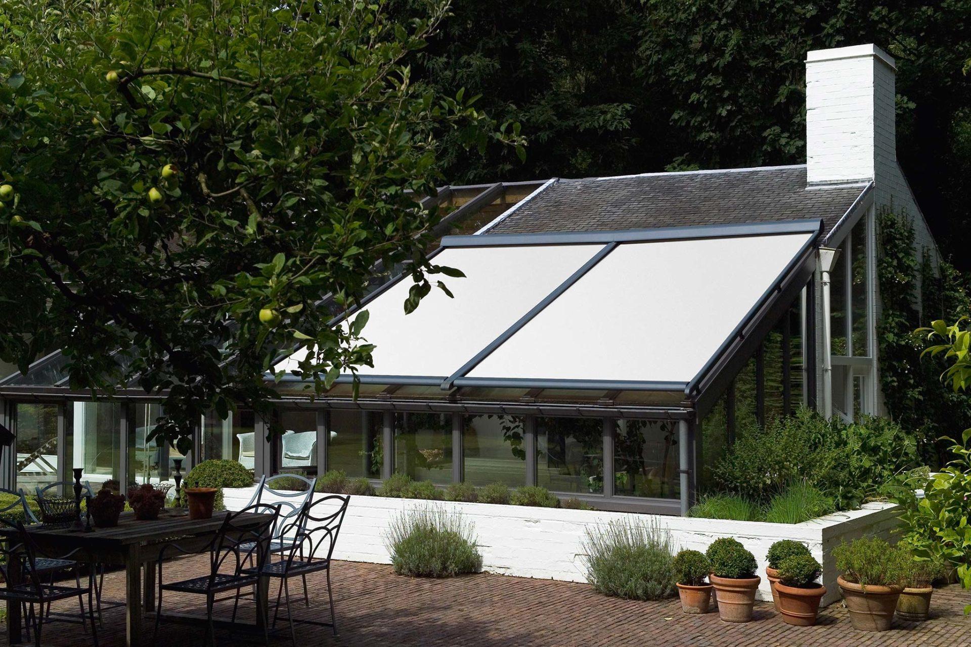 Store toile extérieur occultant_toiture de véranda_plan incliné_Weisz Paris